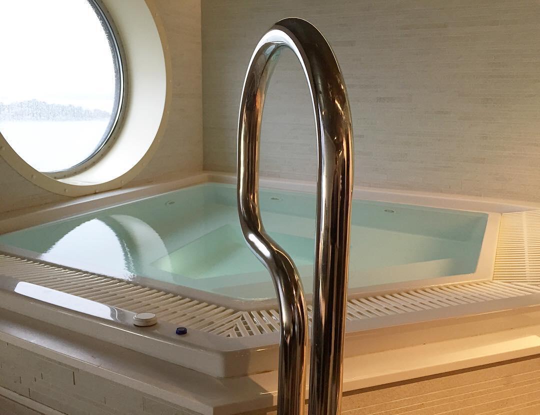 Gracen spa-osaston altaalta avautuu merinäköala.