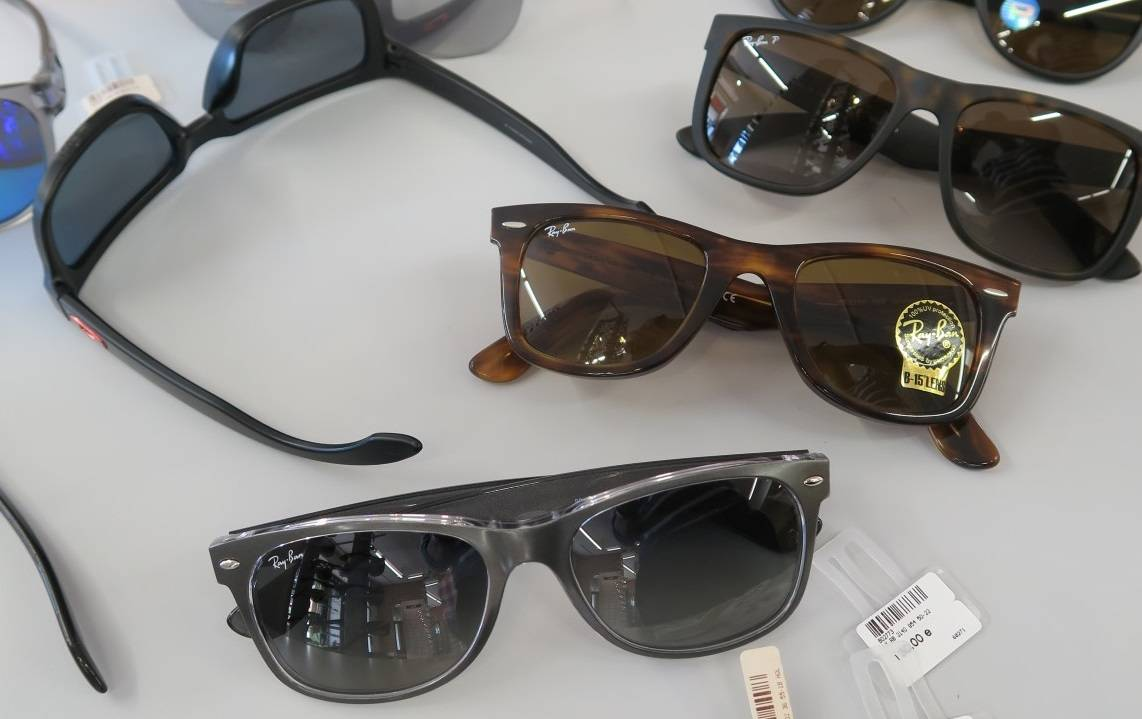 Etualalla hopeanharmaat Ray-Banin New Wayfarerit