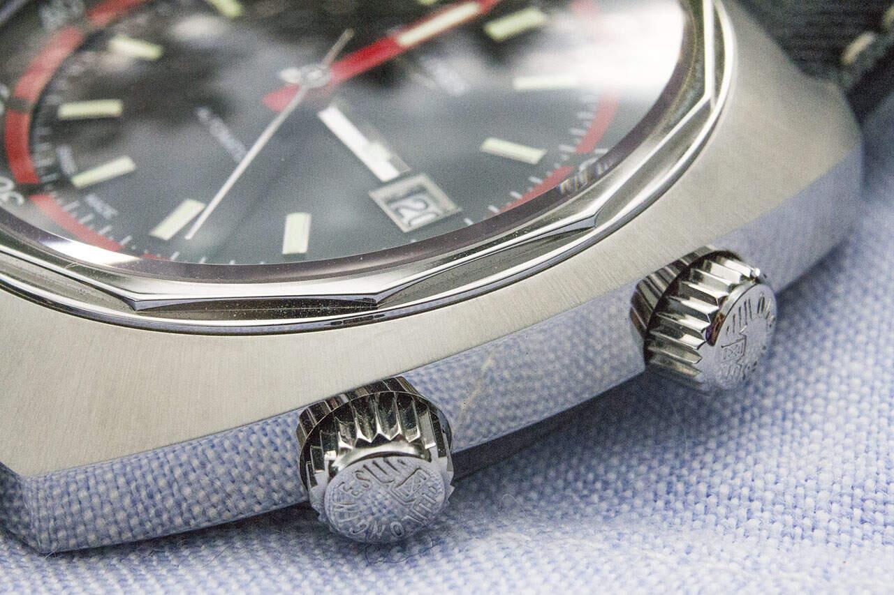 Ylemmällä ruuvilukitulla vetonupilla säädetään kellotaulun sisällä olevaa kellonkehää, alemmalla nupilla normaalisti kellonaikaa ja päivämääränäyttöä.