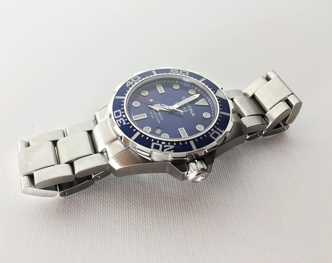 Upeaa sinisävyistä kellotaulua ympäröi helppolukuinen kellonkehä, joka pyörii oikeaoppisesti vain vastapäivään.