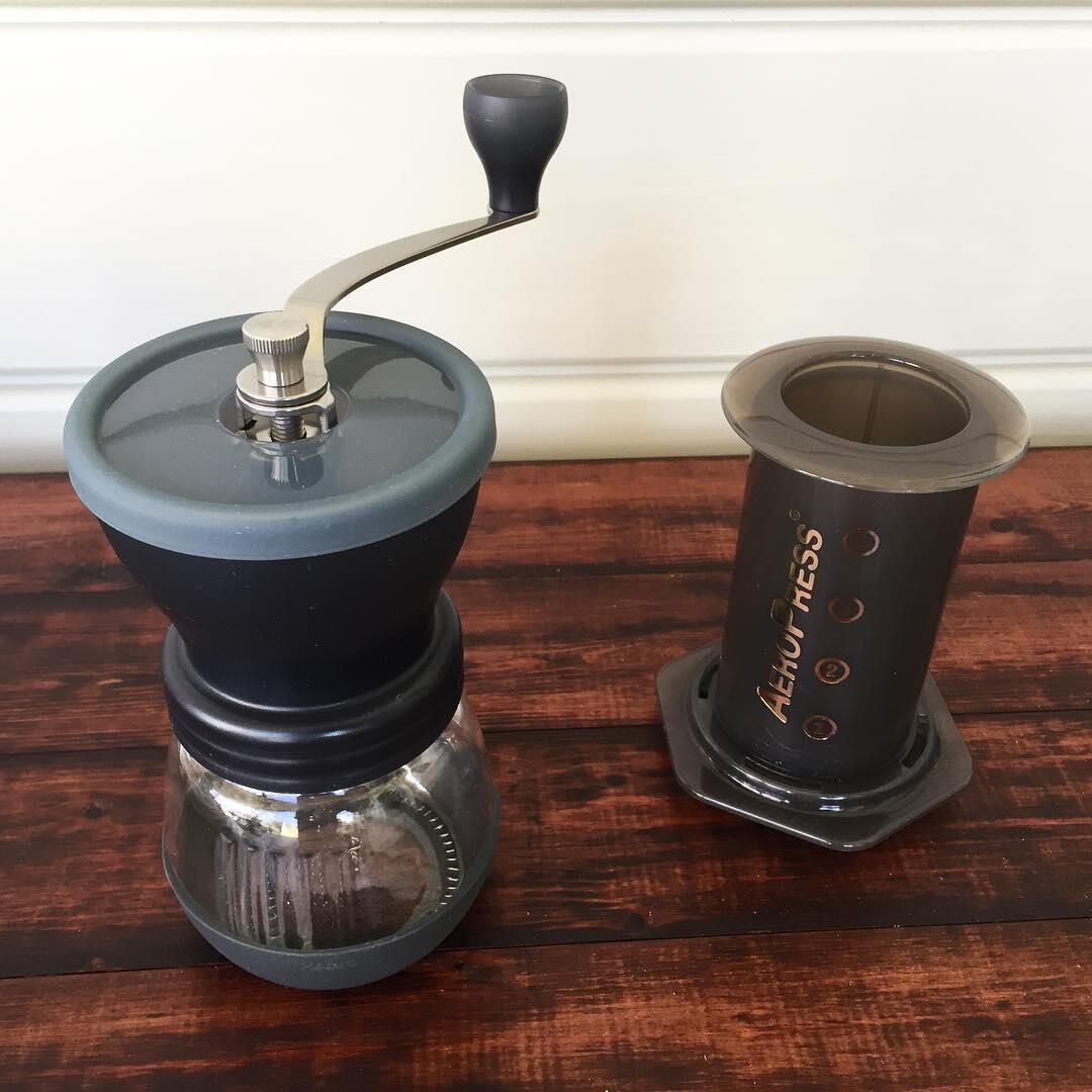 Kahvimylly ja aeropress - näillä valmistuu erinomaista kahvia.