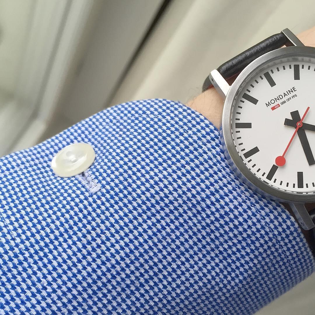 Ensimmäistä mittapaitaa tilatessani en ollut vielä kiinnostunut kelloista, joten vasempaan kalvosimeen ei lisätty arkikellon vaatimaa kellovaraa.
