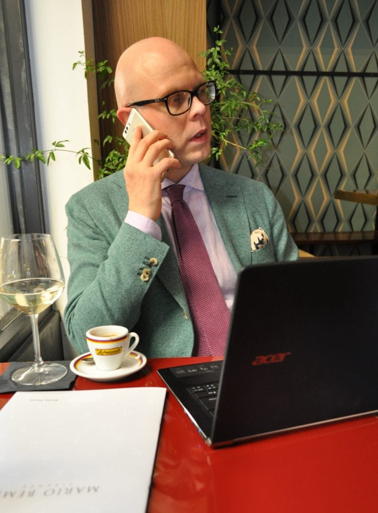 working-in-cafe-acer-754x1024
