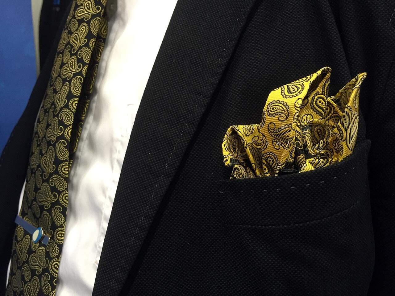 Räväkkä taskuliina- ja solmioyhdistelmä toimii, sillä ne eivät ole ns. matchy-matchy, vaikka sama kuvio niissä toistuukin.
