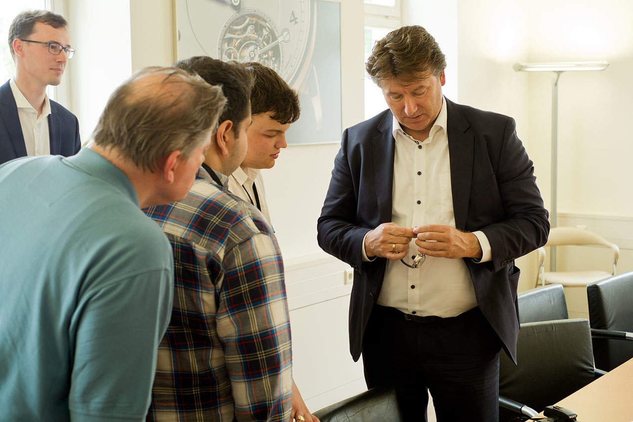 Tony de Haas esittelemässä A. Lange & Söhnen rannekelloa toimittajille.