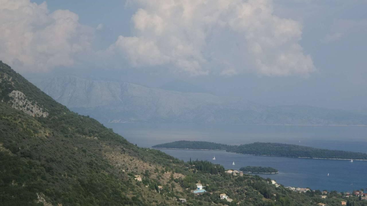 Lefkas on jyrkkäpiirteinen saari Joonianmerellä Kreikan länsirannikolla. Saari linkittyy mantereeseen parin kilometrin mittaista pengertietä pitkin, joten salmen toisella puolella siintävän mantereen jylhät muodot hallitsevat itärannikkoa. Lefkaksen korkein kohta, Stavrota yltää 1158 metrin korkeuteen, ja hyvällä säällä näkyvyyttä riittää Korfulle saakka. KUVA: Hanna Häppölä