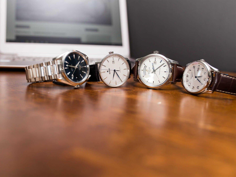 Neljä pukukelloa vasemmalta alkaen: Omega, Rado, Breitling ja Longines.