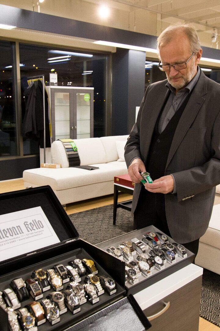 Juhani Pietarila esitteli laajaa vintage-kellovalikoimaansa.