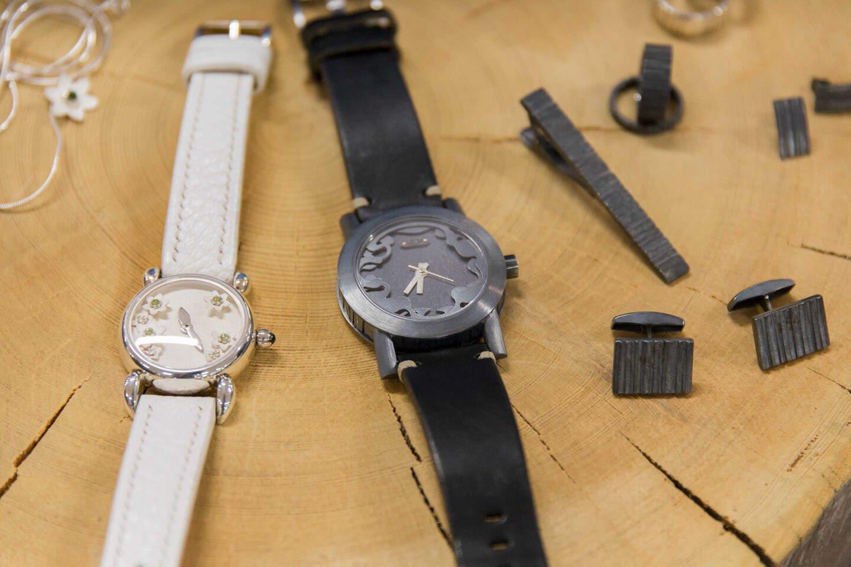 Vasemmalla naisille suunnattu kellomalli Nemorosa ja oikealla miesten kellomalli SAVU.