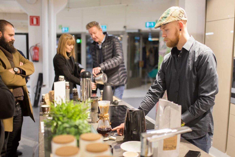 Uuttaja-blogin Juuso pyöritti rautaisella ammattitaidolla pop-up-kahvipistettä.