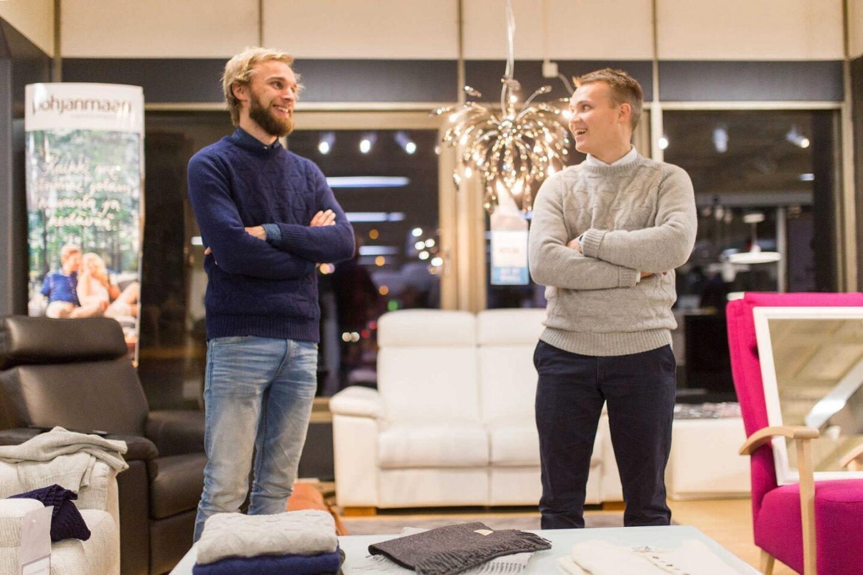Alpan yrittäjät (vasemmalta Heikki Timlin ja Lauri Hilliaho) käyttävät hymyssä suin oman yrityksensä neulepuseroita.