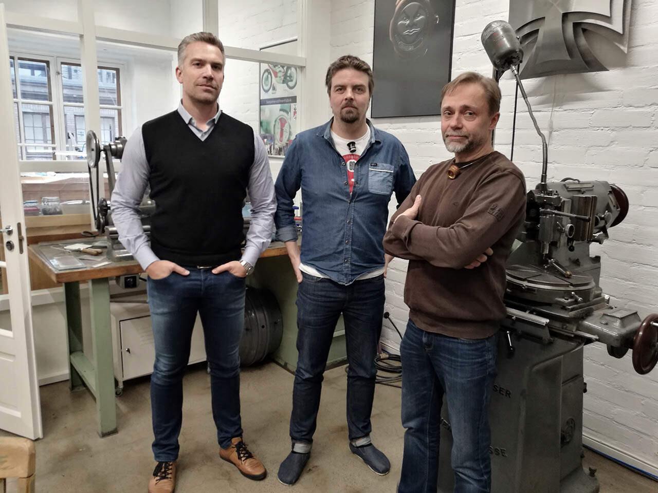 Kellopiirin kolmikko on tyytyyväinen alkavaan yhteiseloon. Vasemmalta Sami Astala (Kellokonttori), Stepan Sarpaneva ja Jouni Pöllänen (Watch Service Finland).