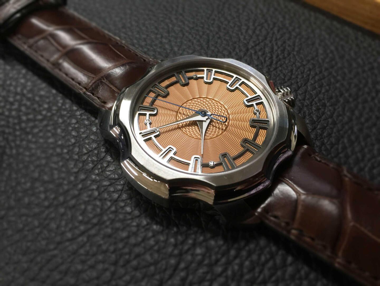 Sarpanevan Korona-kello ja sen guilloché-kellotaulu herätti ihastusta.
