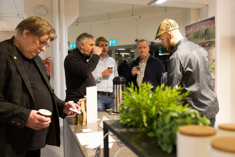 Uuttajan bloggari Juuso pyöritti pop-up-kahvipistettä ammattilaisen varmuudella ja levitti laatukahvin ilosanomaa.