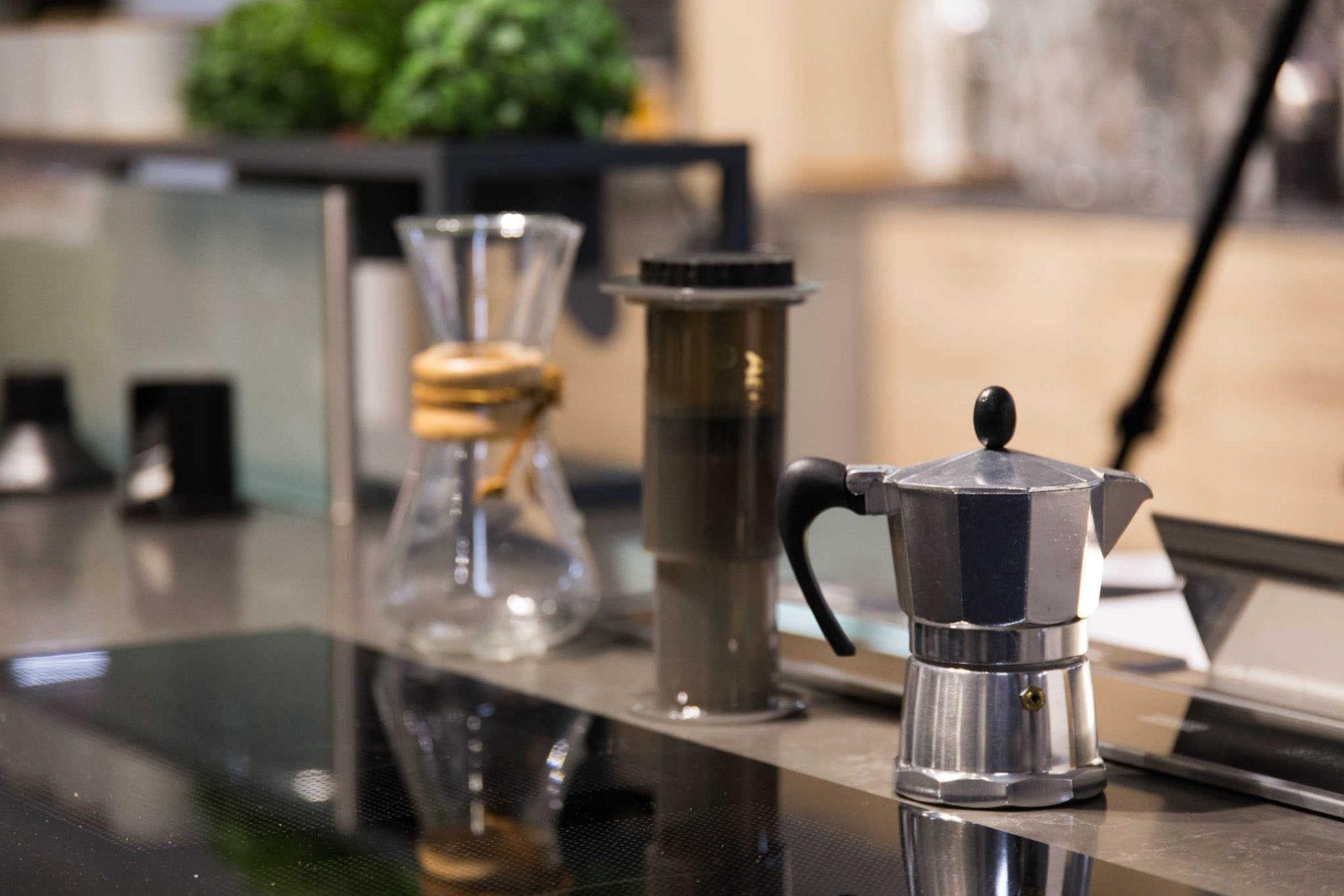 Uuttaja-blogin Juuso esitteli kahvintekovälineitä.
