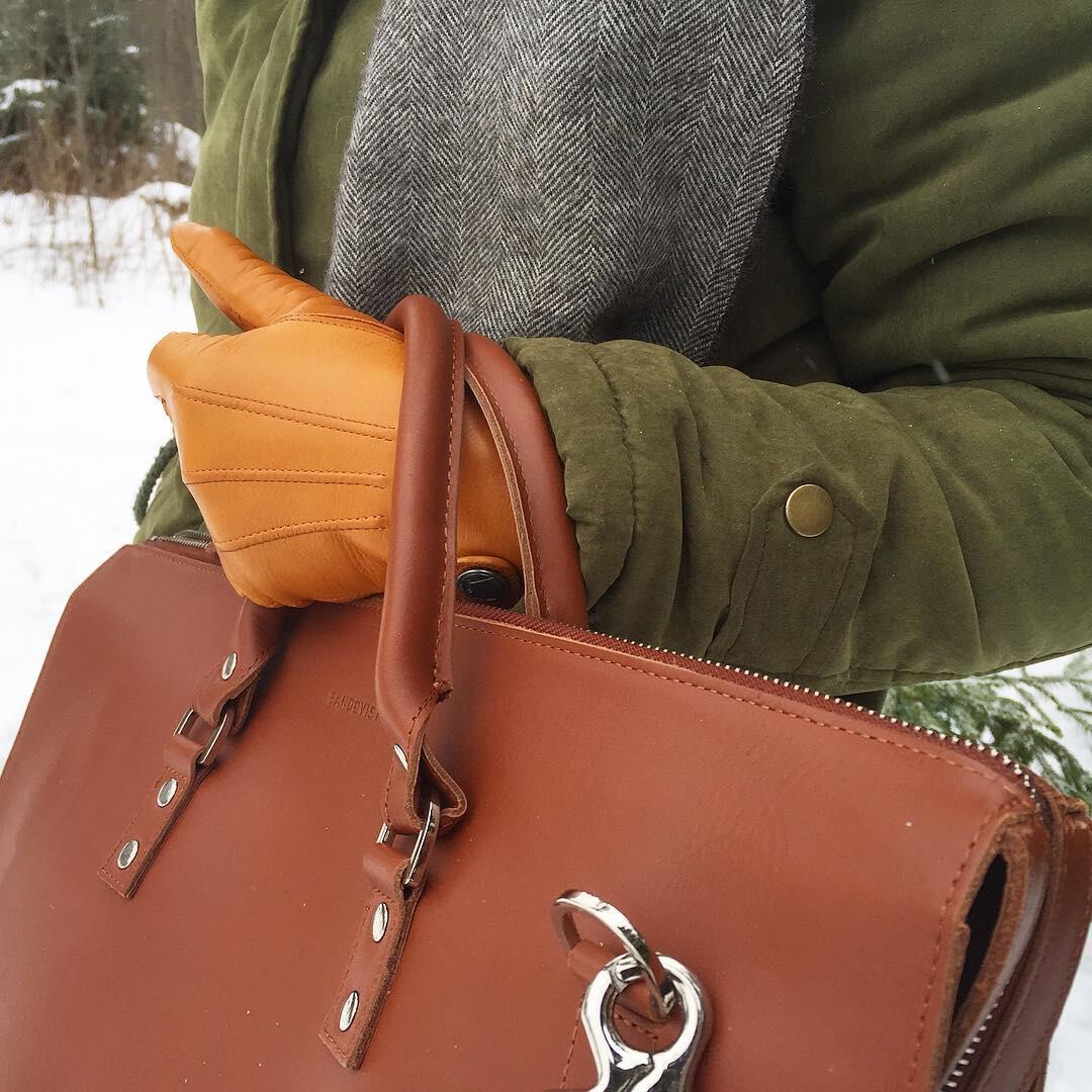 Sandqvistin Alex-nahkalaukku on tyylikäs valinta, samoin kuin Kämmenen talvikäsineet.