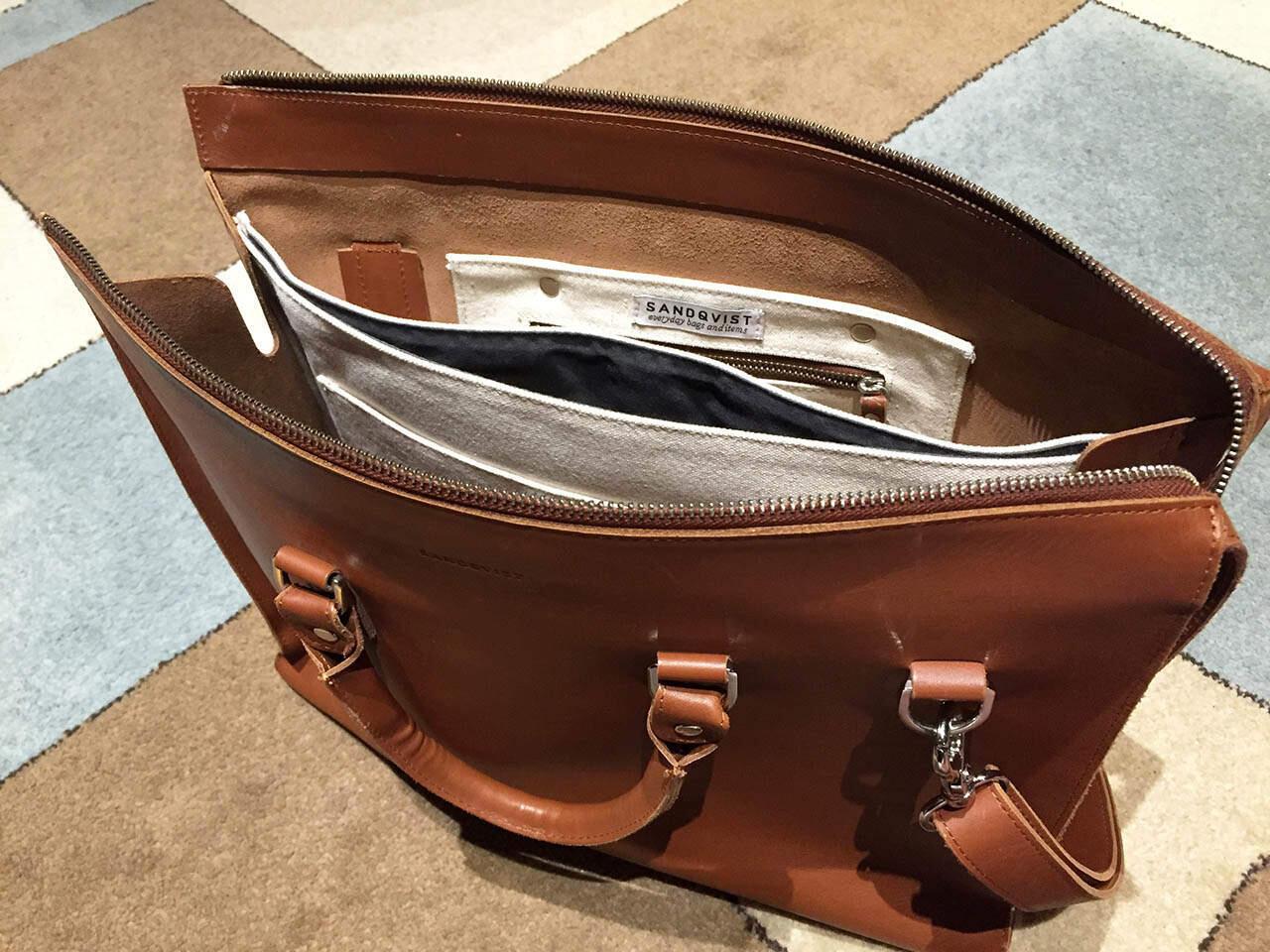 Sandqvistin laukun sisällä on toimiva tilanjako.
