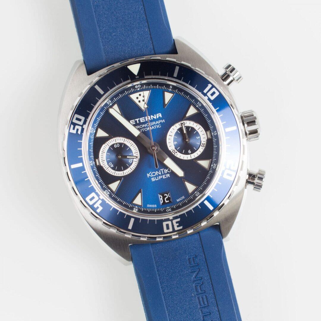 Sinisen sunburst-taulun sävyt vaihtelevat kauniisti valon mukaan.