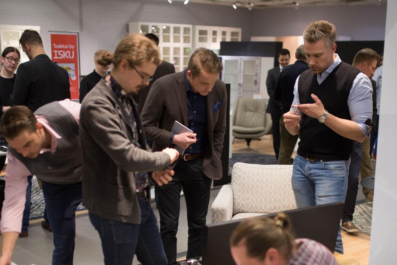 Kellokonttorin osastolla ihailtiin upeita arvokelloja. Kellokonttorin yrittäjä Sami Astalan (kuvassa oikealla) ajatuksia arvokelloista kuulemme myöhemmin Tyyliniekan sisäpiiri -podcast-sarjassa.