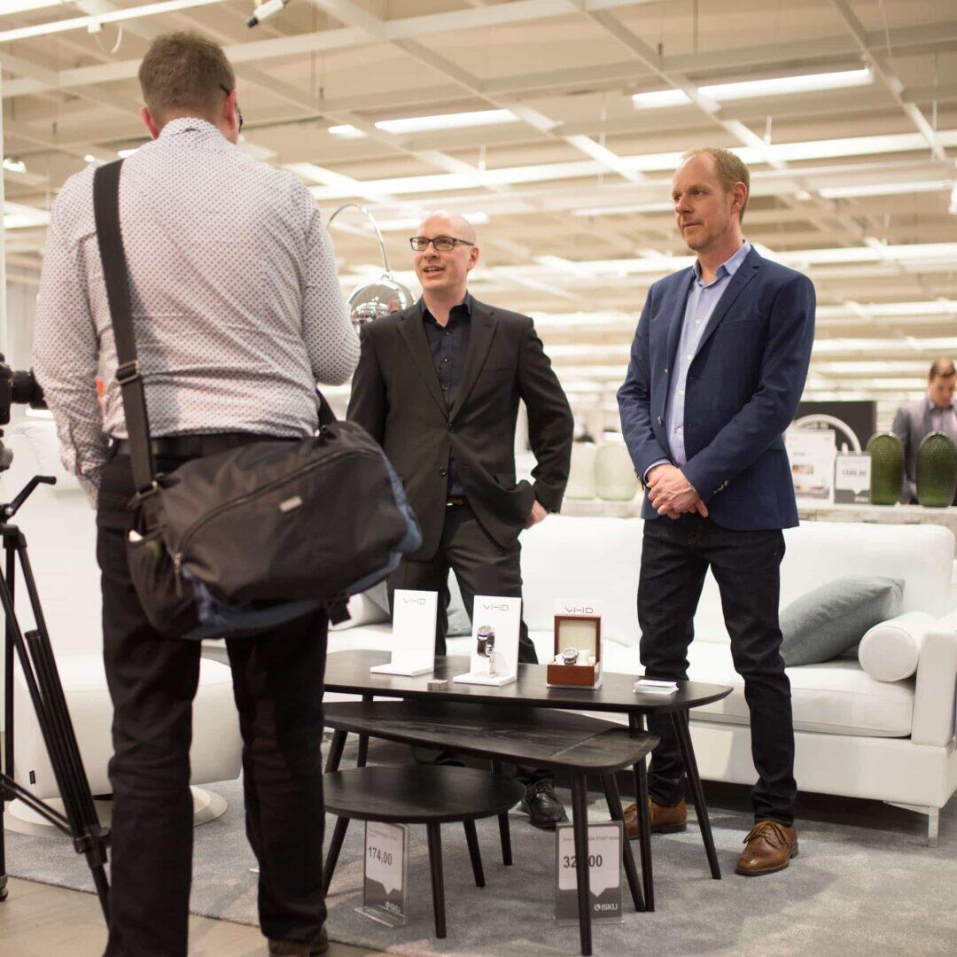 Ville Hänninen esitteli veljensä kanssa Monoblock-kellojaan.