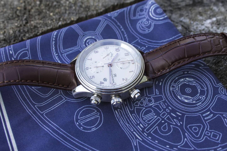 KH x FatCloth -taskuliinalla on helppo puhdistaa tahrat kellosta.