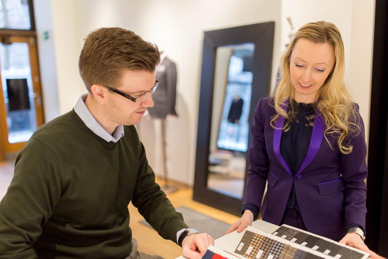 Räätälistudio BQ:n Sanna-Leena Linna auttoi materiaalien valinnassa, sekä takin tyylin suunnittelussa.