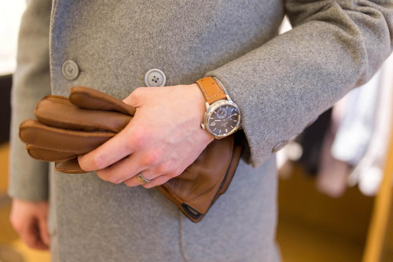 Vaaleanharmaa kangas toimii hyvin ruskean kanssa.