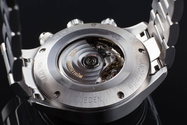 Royal Steel Chronographin voimanlähteenä toimii luotettava Valjoux 7750 -koneisto, jonka toimintaa voi seurata safiirisen takakannen läpi.