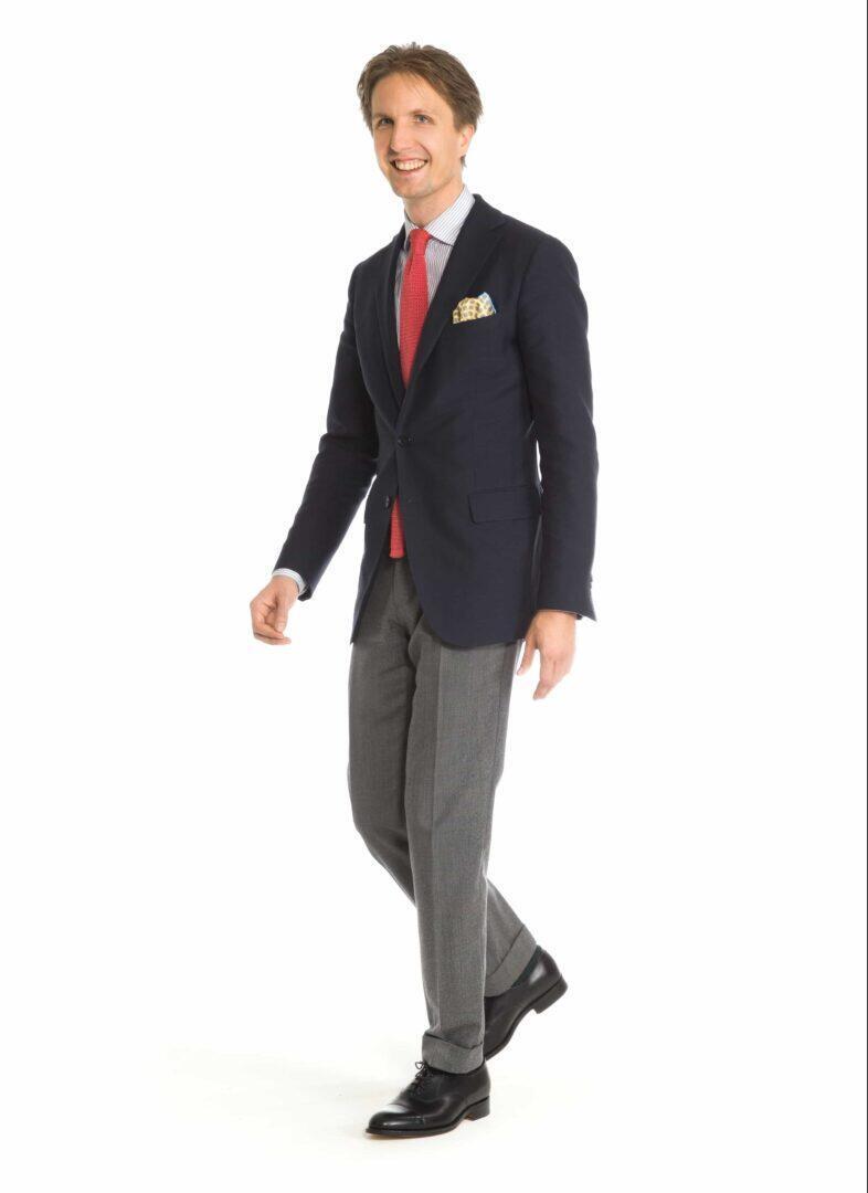 Tummansininen takki ja harmaat housut mustien cap-toe oxfordien kanssa on ajaton klassikko. Kuva: Herrainpukimo