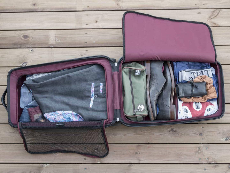 Laukkuun mahtuu nätisti viikonlopun vaatteet; puku, kauluspaidat ja asusteet, kengät ja sukat, alusvaatteet ja hygieniatarvikkeet, sekä kellotarvikkeet.