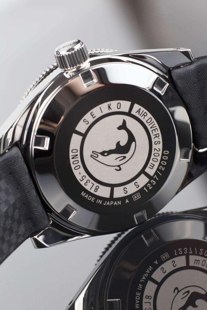 Kellon takakannessa on alkuperäisestä esikuvasta tuttu delfiinin kuva. 2000 kappaleen rajatun erän numerosarja löytyy niin ikään takakannesta.