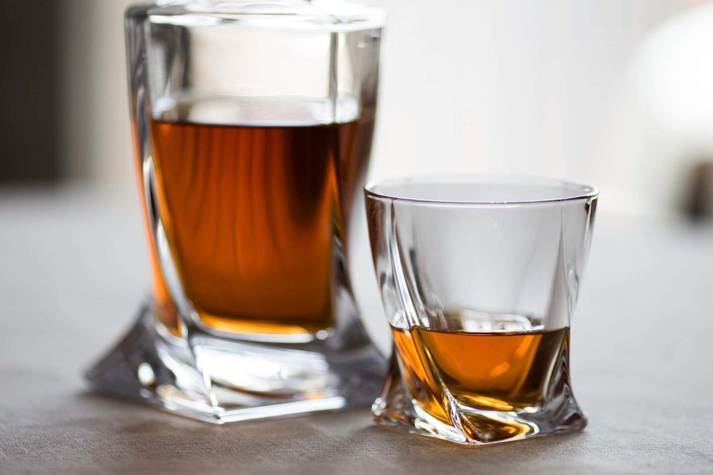 Balmuir Winston -kristallisarjan viskilasi ja dekanteri.