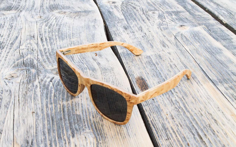 Aarni Wood valmistaa puisia aurinkolaseja suomalaisesta visakoivusta.