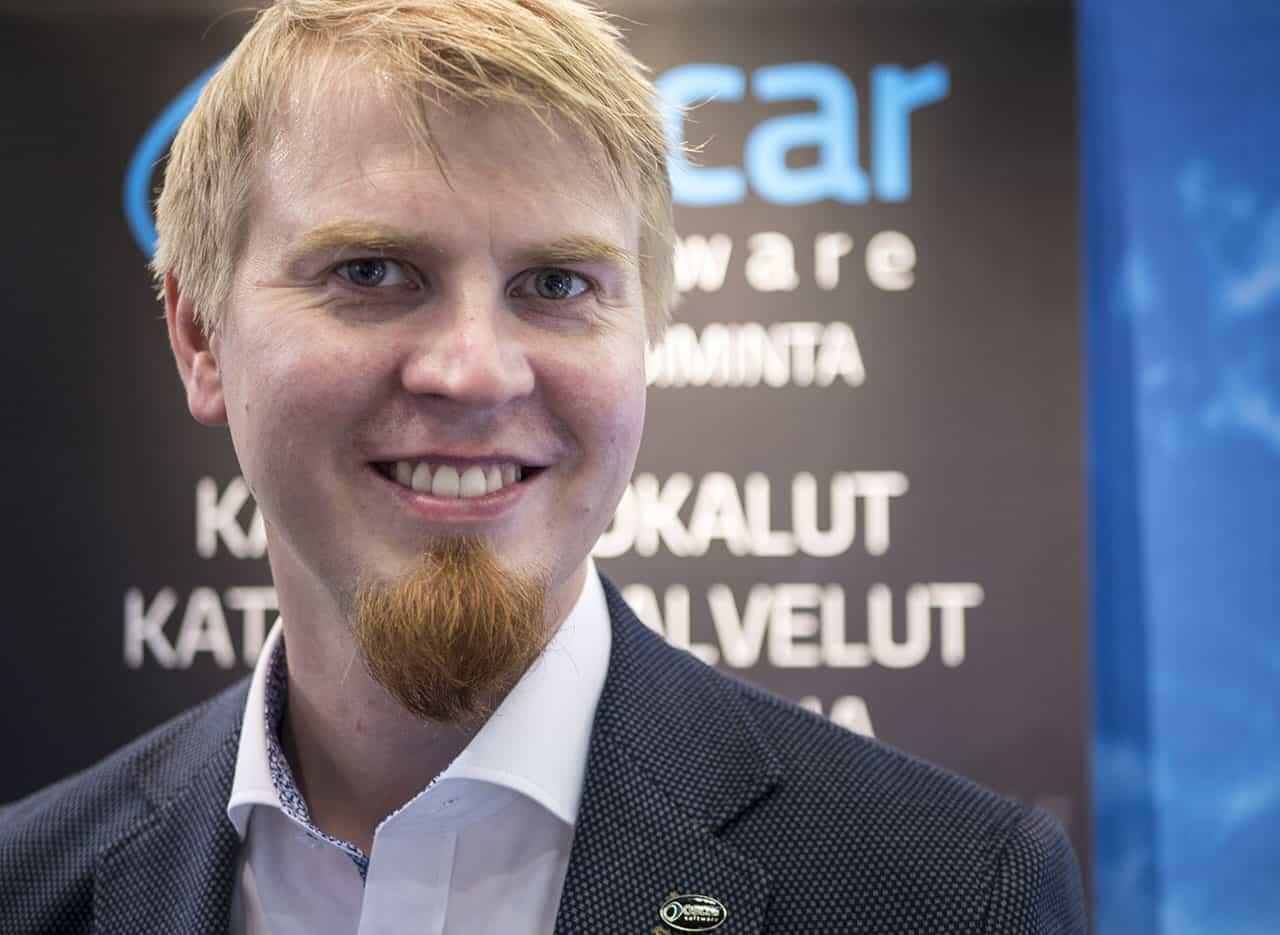 Oscarin Juuso Mustonen osoittaa, että myyntimiehen tärkein asuste on hymy. :-)