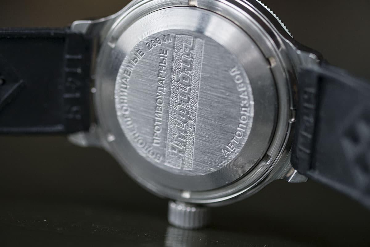 Amfibian suunnittelun keskiössä on kellon takakansi. Se koostuu itse  kannesta ja kiristysrenkaasta 2edd412c62