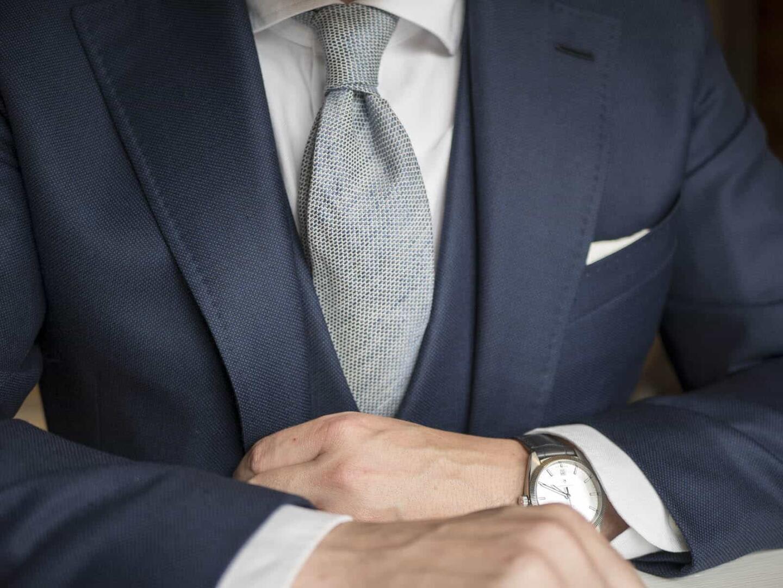 Hyvin istuva tummansininen puku hilittyine asusteineen on bisnespukeutujan takuuvarma univormu.