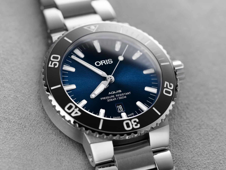 Aquisin kellonkehä on keraaminen ja Aquis-mallimerkintä on noussut paremmin esille. Lisäksi viisarit ovat särmemmät.