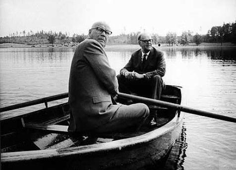 Kekkonen ja Ruotsin pääministeri Tage Erlander veneilemässä. Kuva: Wikimedia Commons