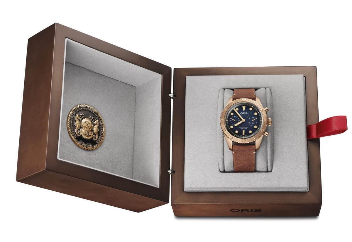 Oris Carl Brashear Chronograph Limited Edition -kello kotelossaan, Carl Brashear-säätiön juhlarahan kera.