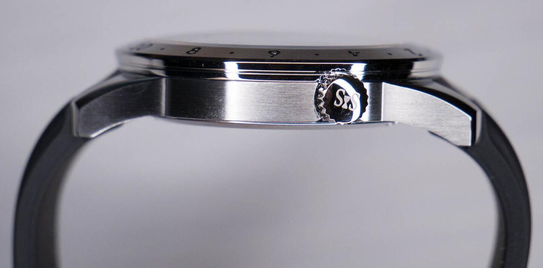 Worldtimerin ruuvilukittava nuppi sijaitsee kello kahden kohdalla, joten se ei painaudu kämmenselkää vasten.