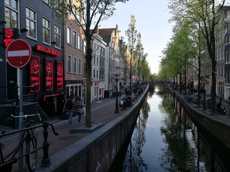 Jokamies-Teslan-osto-Hollannista-Amsterdam-Moulin-Rouge.jpg