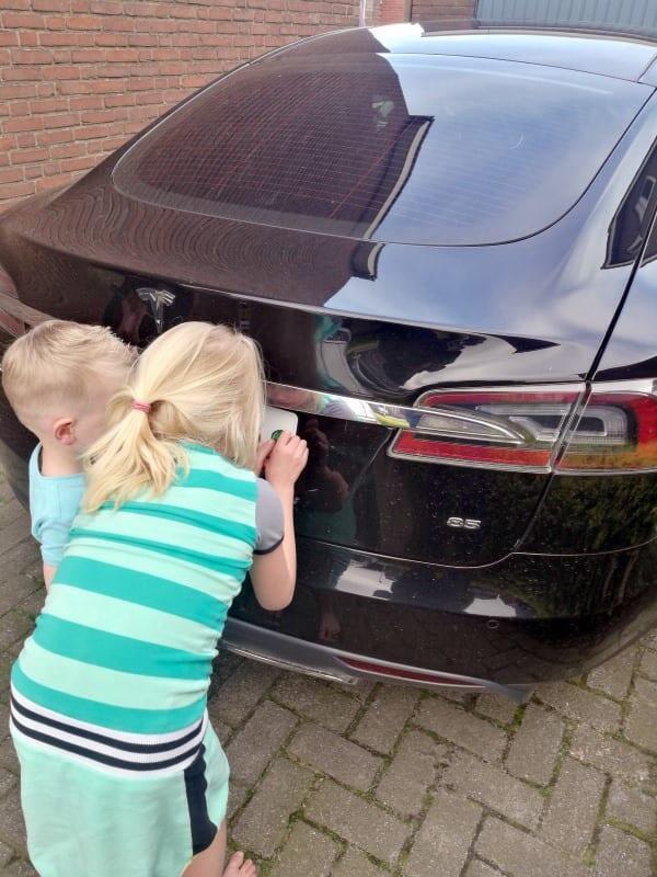 Jokamies-Teslan-osto-Hollannista-Tarran-liimaus.jpg