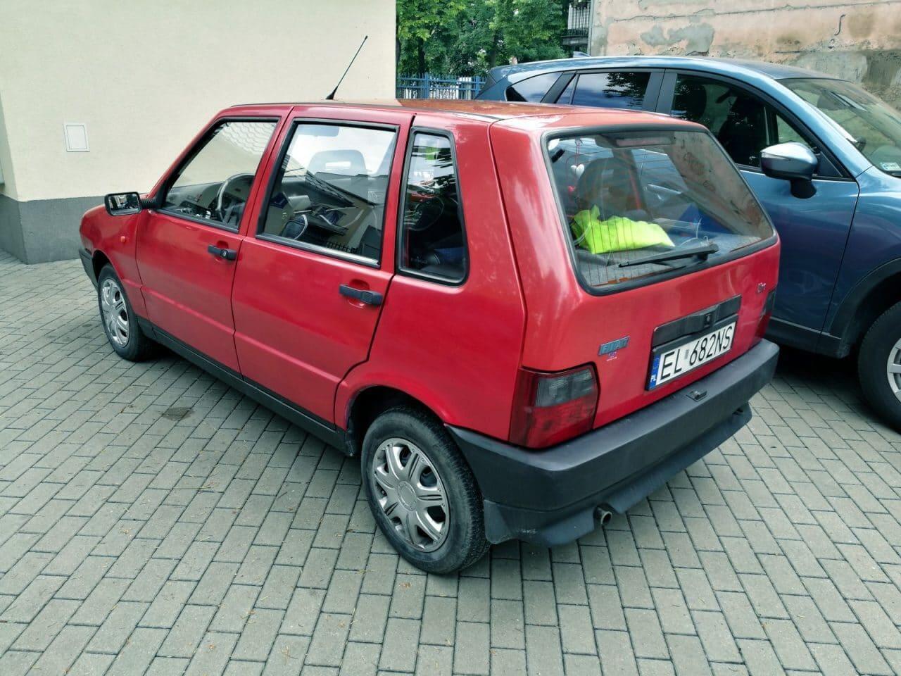 Jokamies-Teslalla-Puolaan-Fiat-Uno