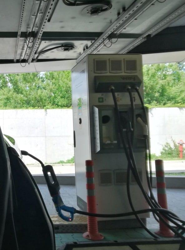 Jokamies-Teslalla-Puolaan-Greenway-latauspist