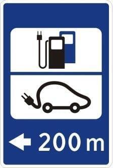Jokamies-Sähköauton-lataus-Liettuassa-liikennemerkki