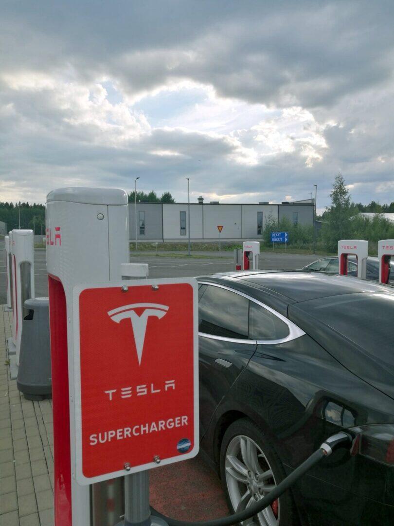 Jokamies-Teslan-hinaaminen-Akaa