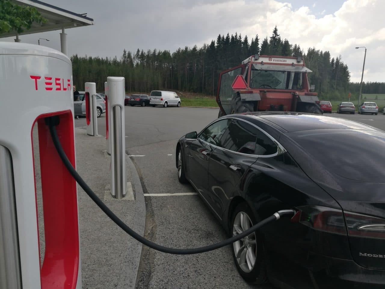 Jokamies-Teslan-hinaaminen-Latauksee