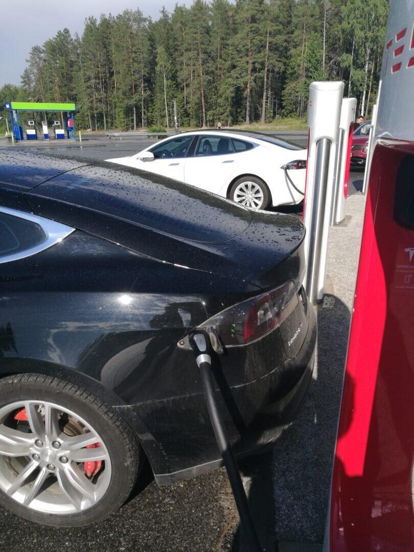 Jokamies-Teslan-hinaaminen-Lataus