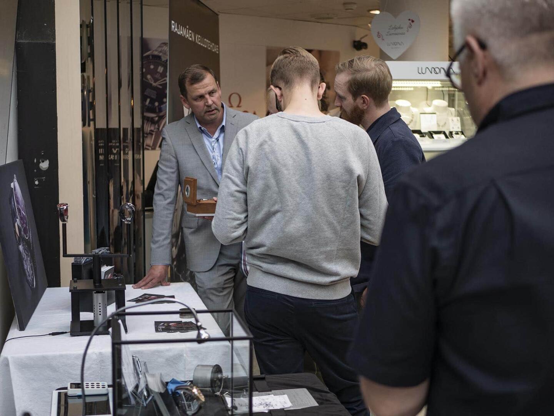 Suomalaiset kello-osaajat De Motu ja Rajamäen Kellotehdas keräsivät runsaasti yleisöä.