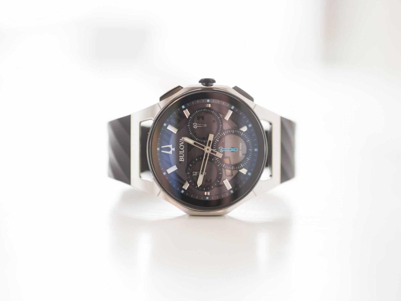 Kruunukellon jalokivi on Bulovan edustus, jonka malliston Curv Chronograph 98A161 on katseenvangitsija.